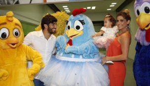 Deborah Secco faz festa da Galinha Pintadinha para a filha