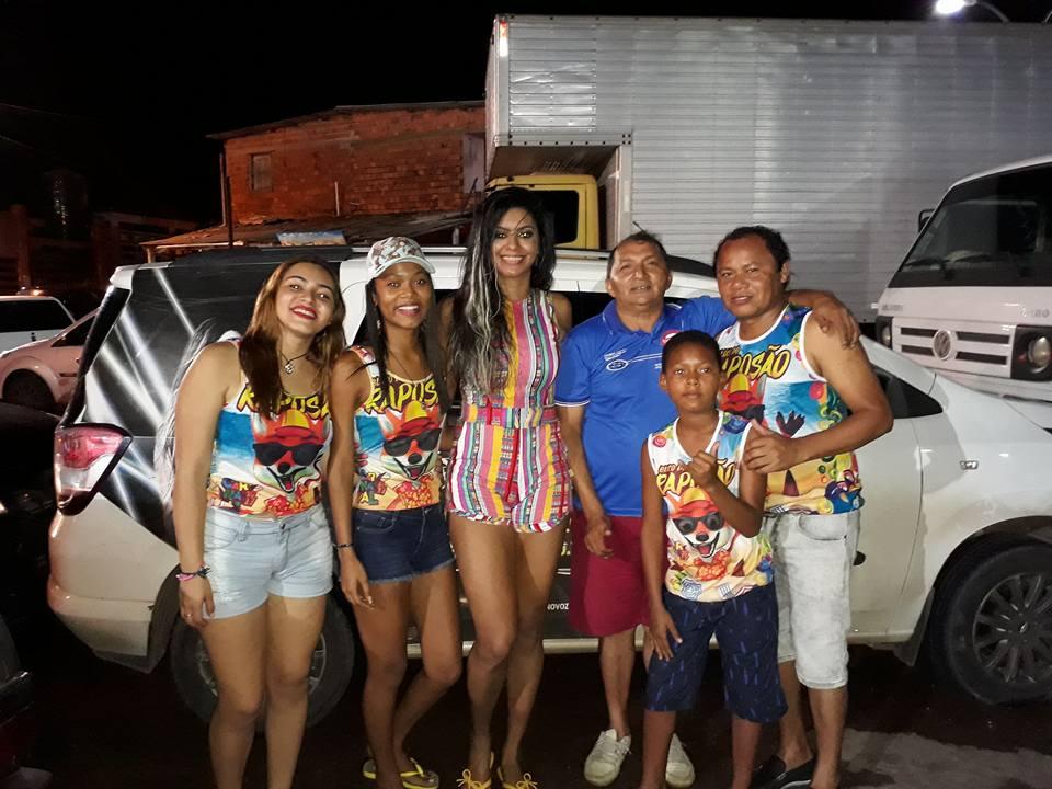 O presidente Beka Rodrigues e seus familiares com a cantora Thais Moreno