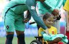 Craque em humildade: Cristiano Ronaldo dá seu casaco a menina cadeirante