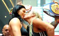 Invicta há 31 lutas, boxeadora ganha beijo de adversária durante encarada