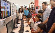Prefeito entrega bibliotecas móveis e incentiva leitura em escolas municipais